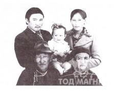 Өвөө Б.Пүрэвжав, эмээ М.Сэнгэ, гэрги Б.Янжин том охин Нямсүрэнгийн хамт