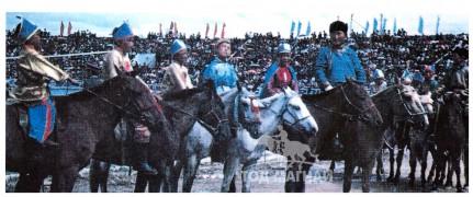 АХ-ын 58 жилийн ойн их баяр наадамд Ногоон морь айргийн дөрөвт хурдалсан зураг