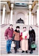 Нийслэлийн Алдарт уяач цол авсан өдөр. Зүүн гар талаас хүргэн Мөнхзул, хань Янжин, охин Нямдаваа нартай. 2015 он