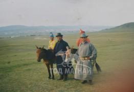 2000 онд шархээр морь улсын наадамд очоод байгаа нь