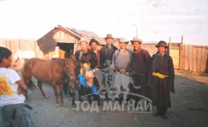 Шар хээр морь Баян-Овоо сумын хоёр гавьяатын наадамд түрүүлсний дараа. 2000 он