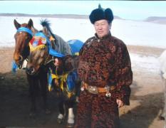 2010 онд Өлзийт сумын хаврын уралдаанд алаг морь айргийн гуравт, сартай зээр соёолон айргийн дөрөвт хурдлав